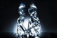 Stillleben mit zerknitterten Flaschen Wasser Stockbilder