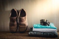 Stillleben mit zufälligem Mann auf hölzerner Tischplatte gegen den Schmutz wal Stockfoto