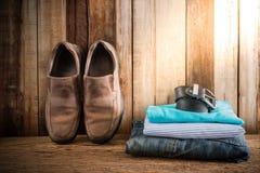 Stillleben mit zufälligem Mann auf hölzerner Tischplatte gegen den Schmutz wal Lizenzfreie Stockfotografie