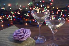 Stillleben mit zwei Champagnergläsern stockfotos