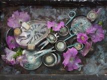 Stillleben mit zwei langen metallischen silbernen Scheren, Skala von verschiedenen Größen und Farben und Rosa blüht auf einem gra Stockbilder