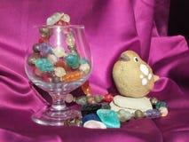 Stillleben-Stein und Glas Stockfoto
