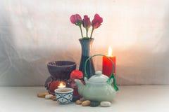 Stillleben-Teetopf-Aromasatz Konzept entspannen sich oder medizinisch Stockfotografie
