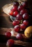 Stillleben trägt mit chinesischer Birne, Kiwi, rotem Apfel, Trauben und Cu Früchte Stockbild