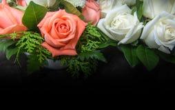 Stillleben verzierte die orange und weißen Rosen Stockbilder