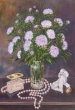 Stillleben von Blumenstraußastern in einem Glaskrug mit Perlen und in der Figürchen eines Hundes auf einer Tabelle Ursprüngliches lizenzfreie abbildung
