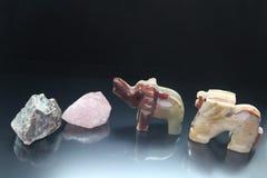 Stillleben von den Mineralsteinen und von den kleinen Tieren von einem Stein stockfotos