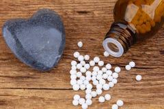 Stillleben von der Flasche homöopathischen Kügelchen lizenzfreie stockfotografie
