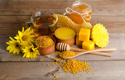 Stillleben von der Tasse Tee, Honig-, Wachs- und Blütenstaubkörnchen Lizenzfreie Stockfotografie