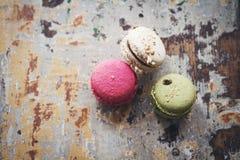 Stillleben von drei macarons auf rustikalem Hintergrund Stockfotografie