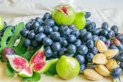 Stillleben von frischen bunten Früchten Bündel blaue Trauben, gree Stockfotos