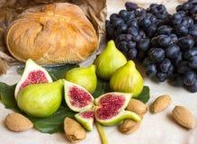 Stillleben von frischen bunten Früchten Bündel blaue Trauben, gree Stockbilder