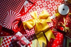 Stillleben von Geschenkboxen der frohen Weihnachten und des guten Rutsch ins Neue Jahr DIY Stockbild
