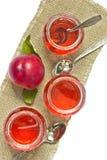 Stillleben von Gläsern mit Saft und Pfirsich stockfotografie