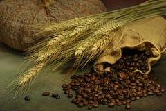 Stillleben von Kaffeebohnen im Sack Stockfoto