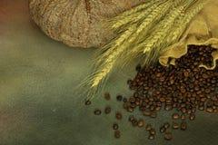 Stillleben von Kaffeebohnen im Sack Lizenzfreies Stockbild