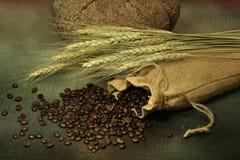 Stillleben von Kaffeebohnen im Sack Lizenzfreie Stockfotos