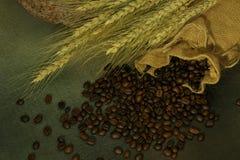 Stillleben von Kaffeebohnen im Sack Stockbild