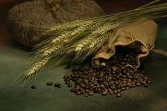 Stillleben von Kaffeebohnen im Sack Lizenzfreie Stockbilder