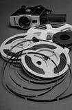 Stillleben von 8mm Kinofilmspulen und von alter Filmkamera Lizenzfreies Stockbild