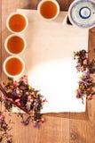 Stillleben von Teeschalen und -kräutern Stockfoto