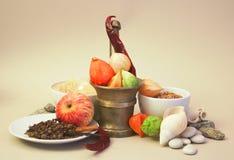 Stillleben von verschiedenen Gewürzen, von Frucht und von Getreide Lizenzfreie Stockfotos