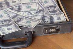 Stilllebenaktenkoffer und -geld nach innen Lizenzfreies Stockfoto