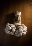 Stilllebenbündel Knoblauch auf Holztisch Lizenzfreie Stockbilder