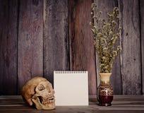 StilllebenBilderrahmen, Vasen, getrocknete häufige Gedächtnisse des rosafarbenen Notizbuchkonzeptes Lizenzfreie Stockfotos