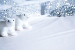 Stilllebeneisbärdekorationen in der Szene der weißen Weihnacht Lizenzfreie Stockfotos