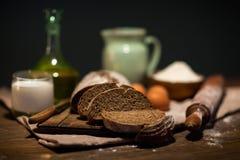 Stilllebenfoto des Brotes und des Mehls mit Milch und Eiern Stockfoto