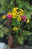 Stilllebenfoto mit einem alten Eisen und einem Garten blüht Blumenstrauß im Garten Lizenzfreie Stockfotos