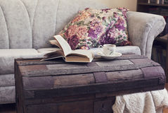Stilllebeninnendetails, -buch und -tasse Tee auf altem Stamm Stockfotografie