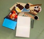 Stilllebenkaffeedampf, ein Teelöffel mit einem gekräuselten Tipp liegt auf a Stockbild