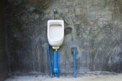 Stilllebenkammertopf in der Toilettenmannöffentlichkeit mit Artweinlese Stockfoto