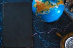 Stilllebenkugel auf einem schwarzen Matthintergrund mit einem Barometer Lizenzfreie Stockfotos