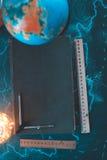 Stilllebenkugel auf einem schwarzen Matthintergrund mit einem Barometer Stockbilder