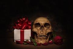 Stilllebenmalereiphotographie mit dem menschlichen Schädel, Geschenk, stieg Stockfoto