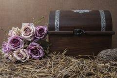Stilllebenphotographie mit Rosen und Schatztruhe Stockbild