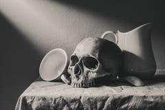 Stilllebenschwarzweißfotografie mit dem menschlichem Schädel und cera Lizenzfreies Stockbild