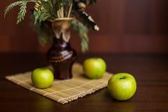 Stilllebenvase und -äpfel Stockfoto