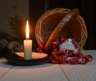 Stilllebenweinlese-Taschenuhr auf dem Hintergrund von Weihnachtsverzierungen, von brennenden Kerzen und von Tannenzweigen Stockbilder
