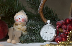 Stilllebenweinlese-Taschenuhr auf dem Hintergrund von Weihnachtsverzierungen, von brennenden Kerzen und von Tannenzweigen Lizenzfreies Stockfoto