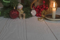 Stilllebenweinlese-Taschenuhr auf dem Hintergrund von Weihnachtsverzierungen, von brennenden Kerzen und von Tannenzweigen Lizenzfreies Stockbild