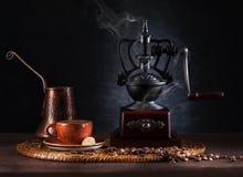 Stilllebenweinlesekaffeemühle und Schalenespresso Lizenzfreie Stockfotos