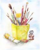 Stilllife с материалами искусства в акварели желтая кружка, щетка, p Стоковые Фотографии RF