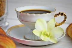 Stilllife av kaffekoppen med espresso, giffel, kex, mjuk blomma, farin på en träbakgrund Fotografering för Bildbyråer