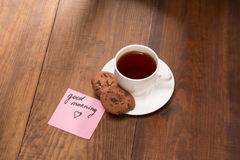 Stilllife com um copo do chá preto na tabela de madeira Imagens de Stock Royalty Free