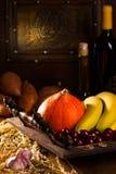 Stilllife med vin och olika grönsaker Royaltyfri Fotografi