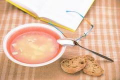 Stilllife mit Suppenteller und Buch Lizenzfreie Stockfotos